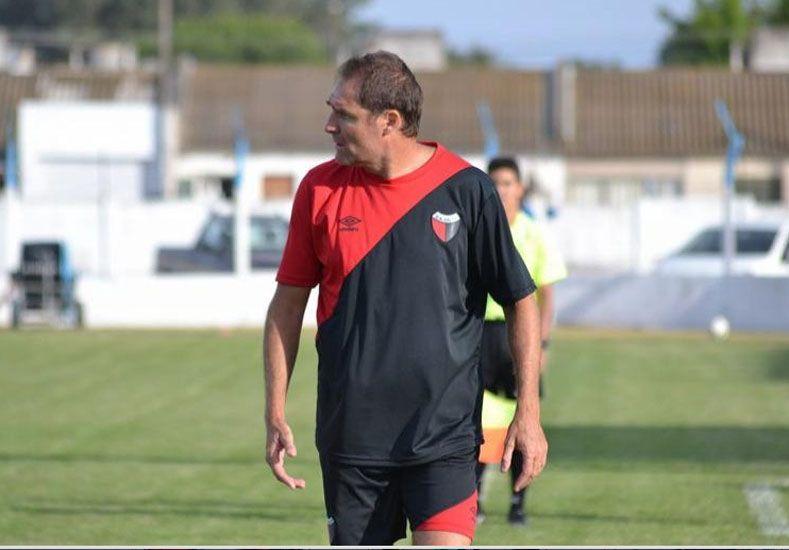 El técnico rojinegro espera que los dirigentes hagan un esfuerzo más para incorporar a un delantero / Foto: Gentileza acción5.com