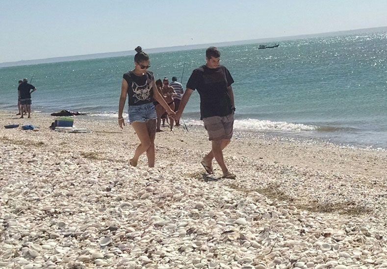 Valentina y Luciano en la playa de las Conchillas