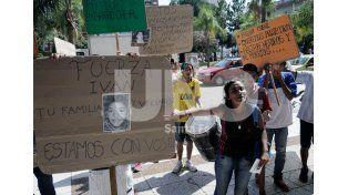 Quieren soluciones. Vecinos y allegados a la familia marcharon ayer hacia Tribunales para pedir justicia por el joven baleado. Foto: Juan Baialardo / Diario UNO Santa Fe