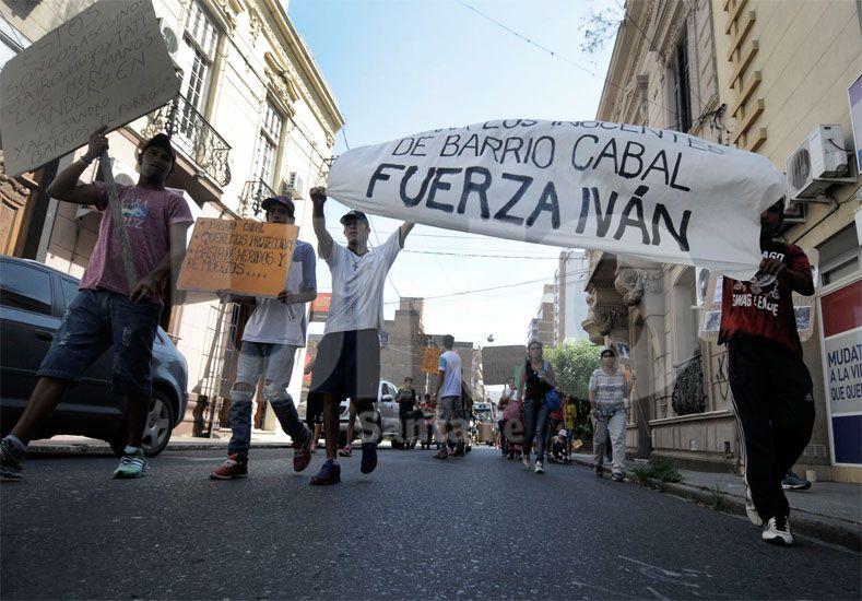 Quieren soluciones. Vecinos y allegados a la familia marcharon ayer hacia Tribunales para pedir justicia por el joven baleado / Foto: Juan Manuel Baialardo - Uno Santa Fe