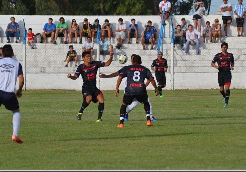 Poblete y Ruiz pelean una pelota con un volante del Decano. Atrás aparece Diego Lagos