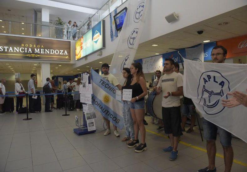 En alerta. Los trabajadores de Sol se manifestaron en el aeropuerto de Rosario / Foto: Gentileza La Capital