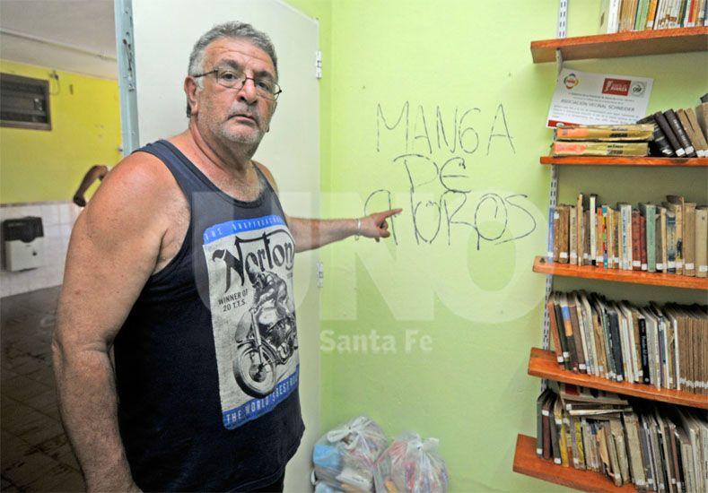 Indignados. La pintada en la pared generó malestar entre los integrantes de la comisión vecinal / Foto: Manuel Testi - Uno Santa Fe
