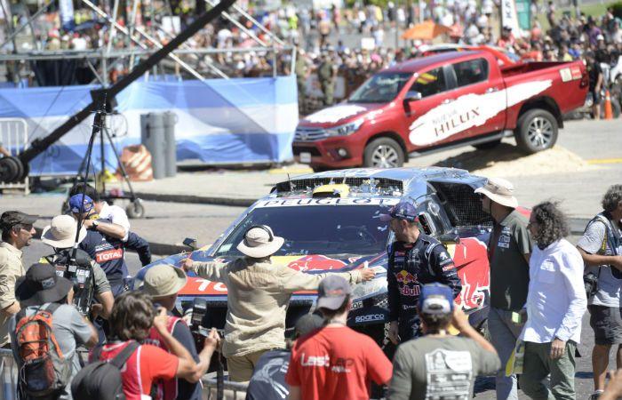 El francés Stepahene Peterhansel se aproxima al podio tras haberse coronado campeón con su Peugeot. (Foto: F. Guillén)