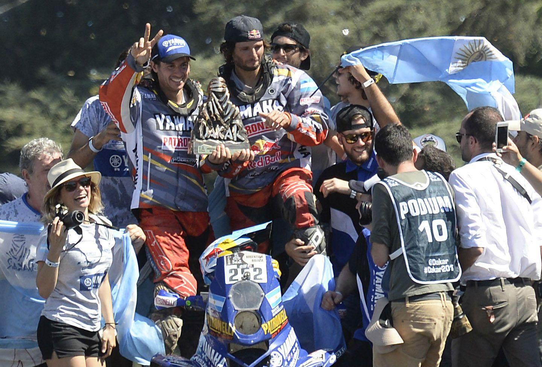 Los hermanos Alejandro y Marcos Patronelli saludan en el podio del Monumento subidos a uno de sus quads. (Foto: F. Guillén)