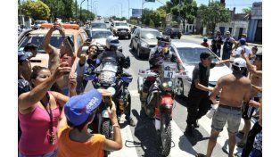 El público aprovecha para tomarse selfies al paso de dos motociclistas del Dakar en Provincias Unidas y Pellegrini. (Foto: V. Benedetto)