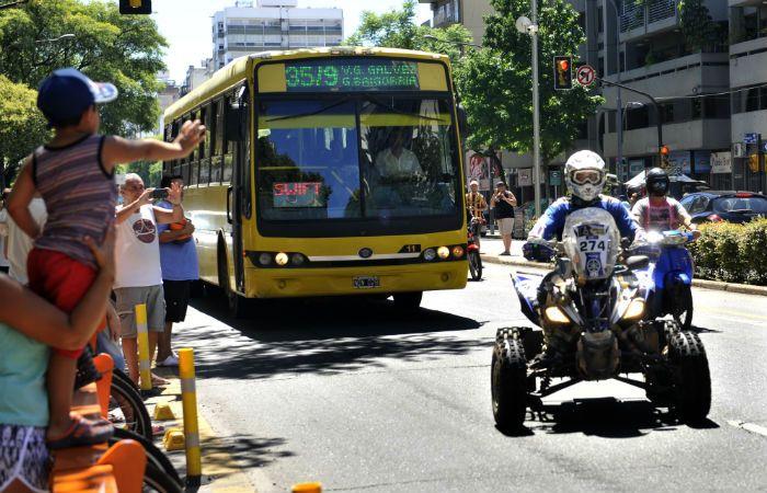 Un ómnibus de la 35/9 escolta a uno de los pilotos de quads en Pellegrini y Buenos Aires. (Foto: V. Benedetto)