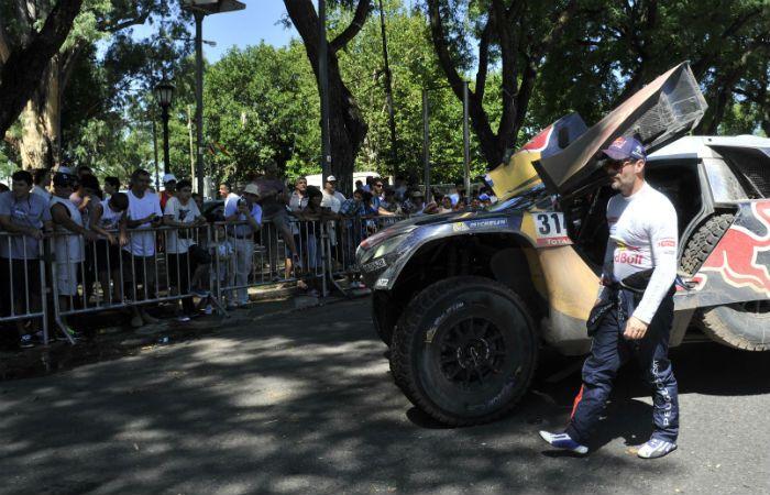 El francés Sebastien Loeb desciende de su Peugeot para firmar autógrafos en el Monumento. (Foto: F. Guillén)