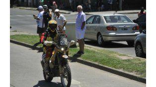 Un motociclista saluda al público a su paso por avenida Pellegrini. (Foto: V. Benedetto)