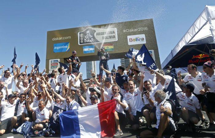 Peterhansel y sus colaboradores festejan en el podio del Monumento. (Foto: Twitter Dakar)