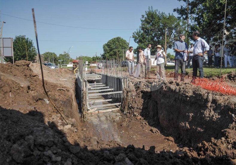 Se puso en marcha la obra de un desagüe que aliviará la Cuenca Flores