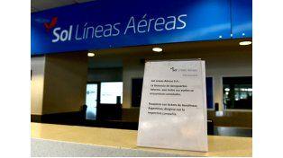 Un pequeño cartel es toda la comunicación oficial que recibieron los pasajeros hoy en Fisherton. (Foto La Capital: Celina M. Lovera)