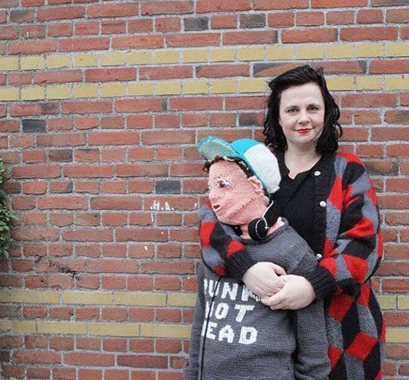 Extrañaba que su hijo la abrace, entonces tejió un muñeco del mismo tamaño