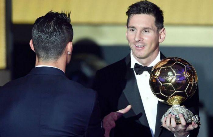 Lionel Messi es saludado en la gala de la Fifa por el portugués Cristiano Ronaldo.