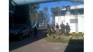 Los agentes de la Tropa de Operaciones Especiales de la policía santafesina junto a los dos detenidos en el interior de la arrocera