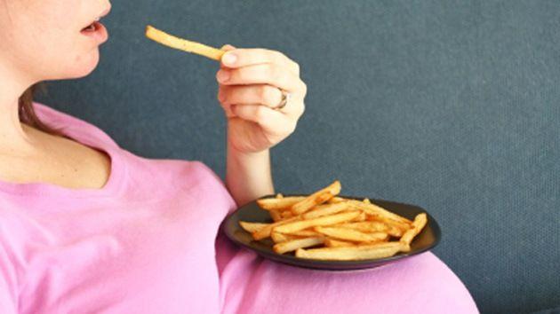 Advierten sobre los riesgos de una dieta a base de papas durante el embarazo.