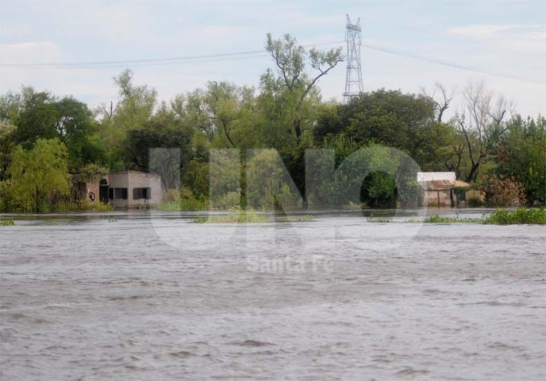 Complicaciones. La lluvia de ayer sumó inconvenientes para quienes ya abandonaron su hogar a raíz de la crecida del río Paraná y también para quienes realizan tareas de colaboración en ese sector / Foto: Manuel Testi - Uno Santa Fe