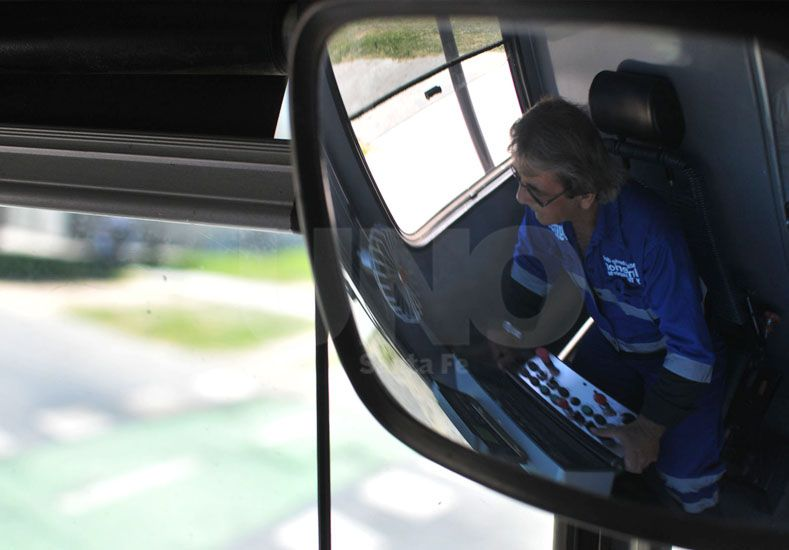 Maquinista. Uno de los cuatro conductores enviados especialmente para manejar los trenes./ Juan M. Baialardo.