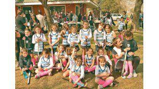 Crecimiento. Chicas de todas las edades se congregan todos los días con el fin de disfrutar del hockey sobre césped.