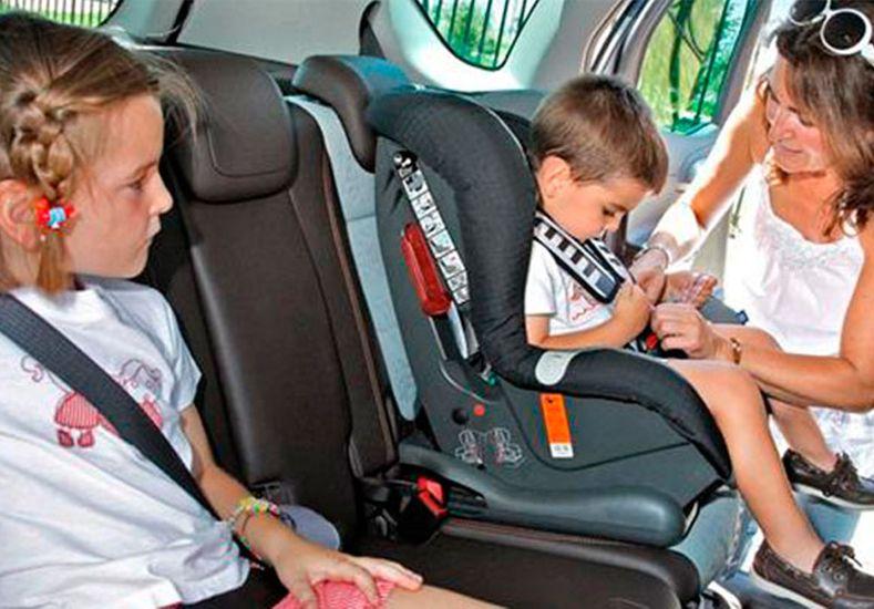 Se abre el debate sobre el uso de sillas para los chicos en los autos
