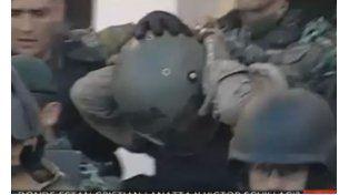 Martín Lanatta se retira fuertemente custodiado de la comisaría 5ª de Cayastá. (Imagen TV)