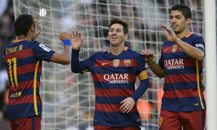 Messi celebra su segundo gol y lo saludan Neymar y el uruguayo Luis Suárez. (Foto: AFP)