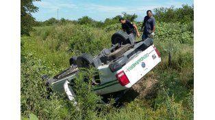 La camioneta en la cual se movían los prófugos quedó en una cuneta luego de volcar por un accidente vial.