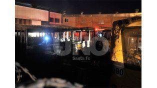 Sin causas. El suceso ocurrió a las 19.30 de este jueves. Los choferes mostraron sorpresa por el incendio / Foto: Juan Manuel Baialardo - Uno Santa Fe