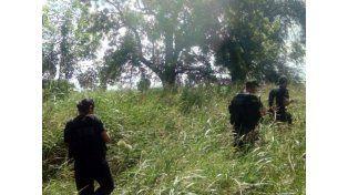 Los delincuentes son buscados a pie en el campo por Gendarmería