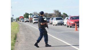 Los policías están controlando todos los vehículos que ingresan a Rosario desde la zona norte de la provincia. (Foto: Marcelo Bustamante)