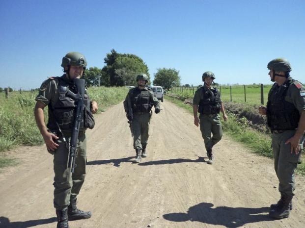 Más de 500 efectivos en un intenso operativo en campos santafesinos para dar con los prófugos del triple crimen