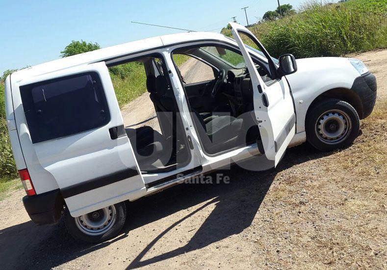 Ésta es la camioneta que abandonaron los tres sospechosos luego del tiroteo