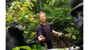 Slater en la isla indonesia con los animales.