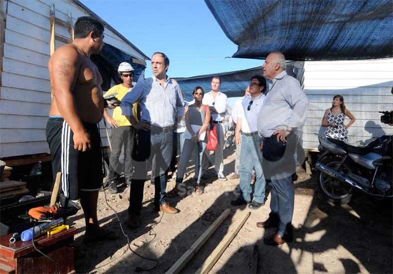 Diálogo. El mandatario de la provincia y el intendente local conversaron ayer con los vecinos / Foto: José Busiemi - Uno Santa Fe