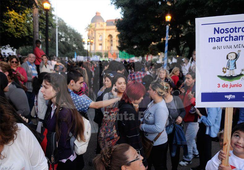 {altText(#NiUnaMenos. En junio hubo manifestaciones masivas contra la violencia de género en todo el país. Foto: José Busiemi / Diario UNO Santa Fe,En la provincia, durante 2015, hubo 31 femicidios)}