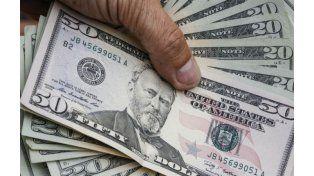 La suba del dólar ascelera la devaluación monetaria. (Foto NA)