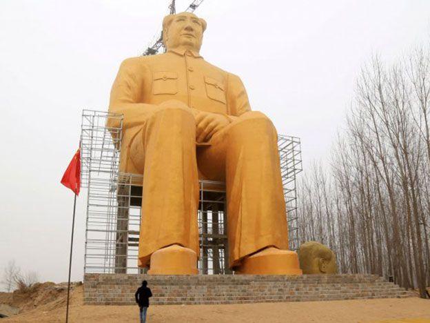 Un Mao gigante y dorado