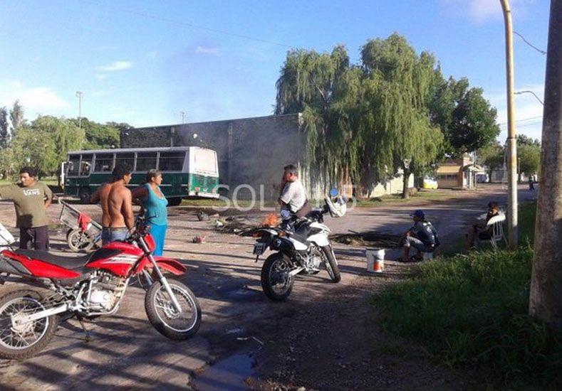 Uno de los cortes que realizan los vecinos en Riobamba al 8600./ gentileza: FMSol.