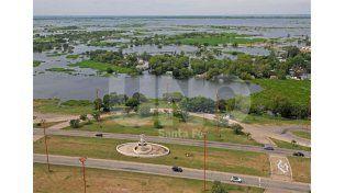 Al límite. La Fuente de la Cordialidad y las viviendas arrasadas por el agua en La Vuelta del Paraguayo. Vista desde las alturas del hotel UNL ATE / Foto: Manuel Testi - Uno Santa Fe
