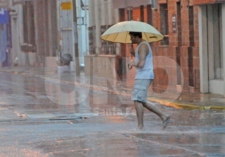Chaparrón. Ayer por la tarde llovió en la ciudad y se pronostica que esta situación se repetirá en los próximos días / Foto: Manuel Testi - Uno Santa Fe