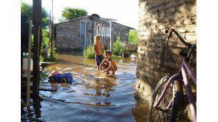 Reflejo. Los más pequeños de la familia juegan con el agua sin advertir los peligros que eso implica / Foto: Gentileza Manzanas Solidarias