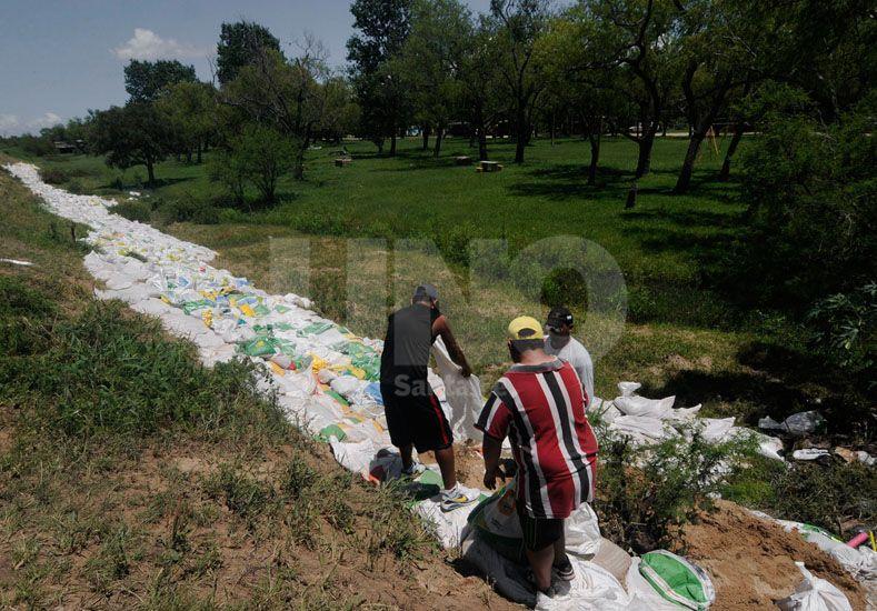 Los vecinos de Colastiné Sur trabajaron todo el fin de semana para salvar el barrio del avance de las aguas / Foto: Juan Manuel Baialardo - Uno Santa Fe