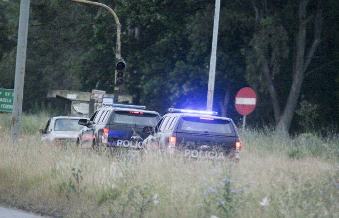 Móviles de la Policía Bonaerense participaron de los rastrillajes en la zona de parque Pereyra Iraola. (Foto: NA)