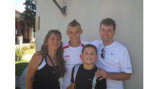 Nico con sus padres Andrea y Leandro y su hermano Santiago