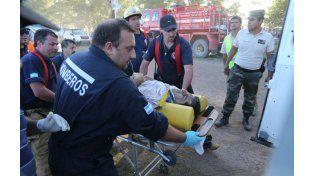 Personal de bomberos traslada a una de las víctimas del accidente en el Prólogo de Arrecifes. (Foto: AP)