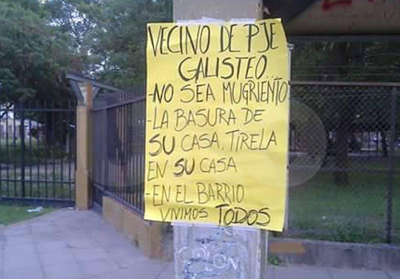 Los vecinos tuvieron que hacer un cartel para pedir que no tiren más basura en el barrio.