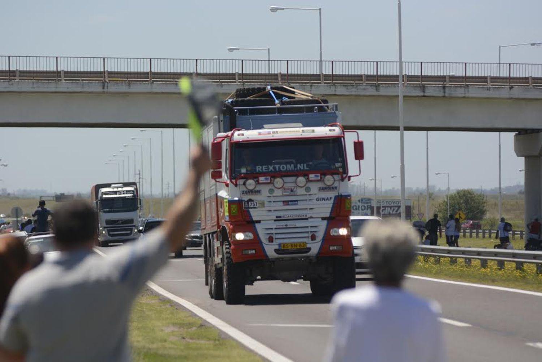 El paso por Rosario de la caravana de camiones que participaron en la competencia el año pasado.