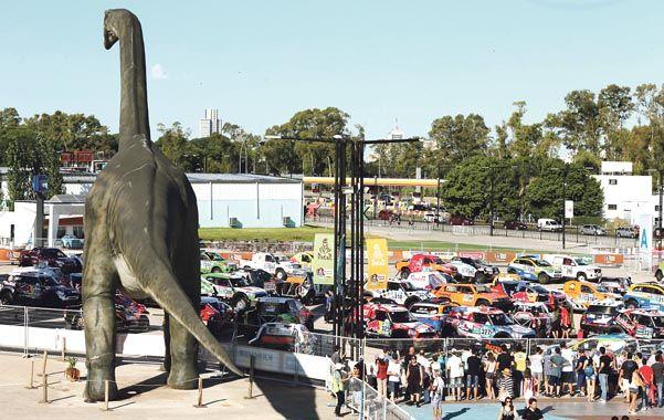 Parque Jurásico. El enorme dinosaurio enmarca la escena donde anoche quedaron todas las máquinas