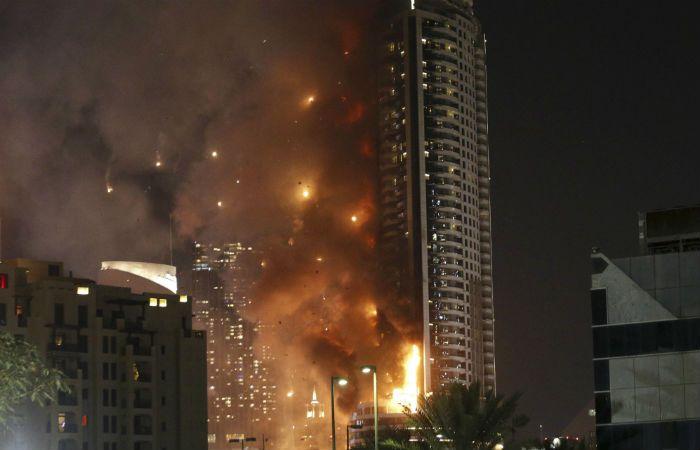 Los bomberos demoraron en apagar el fuego debido a la gran altura del hotel. (Foto: AFP)