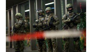 Fuerzas especiales alemanas custodian una estación de trenes en Munich. (Foto: AP)